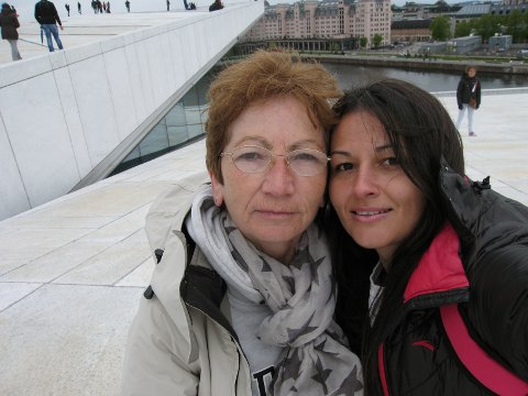OPERA:  Nataša forklarer at hun ikke ønsker noe turist-tur med moren denne gang, som her fra Opera-taket i Oslo. Nå ønsker hun å tilbringe tiden hjemme på Breiskallen, og få hjelp med barna.