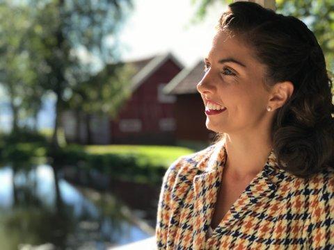 RETRO: Anniken Ottersen Lindbak fra Raufoss leder gruppa Attitunes hvis repertoar spinner rundt sanger fra 1950-tallet. Men privat kjører hun ny bil og har splitter ny mobiltelefon, understreker hun.
