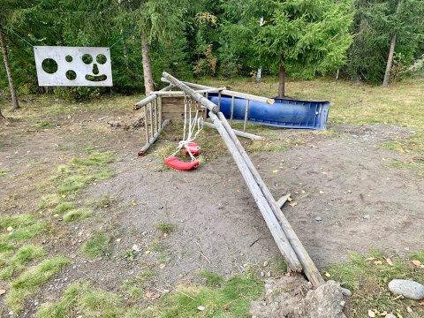 KOLLAPS: Et lekestativ med huske og sklie kollapset da to barn lekte på det tirsdag. De ble ikke skadet og apparatet blir fjernet.