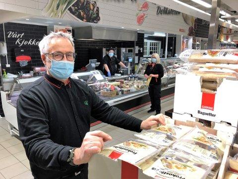 ALLE BRUKER MUNNBIND: Butikksjef Roar Garli ved Spar Bagn påser at alle ansatte bruker munnbind. Han roser kundene for å være flinke til å beskytte seg og andre under koronautbruddet i Sør-Aurdal. FOTO: INGVAR SKATTEBU