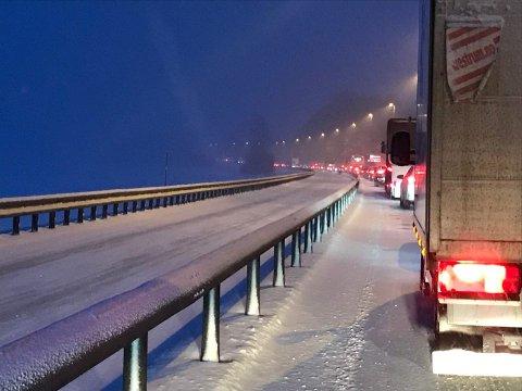 KILOMETER MED KØ: Flere kilometer med kø på E6 på grunn av kollisjon på Mjøsbrua.