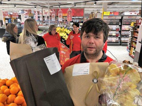 BLOMSTER OG GAVER: Butikksjef Tor Oddvar Solheim fikk hendene fulle av blOmster og lykkeønskninger på åpningsdagen. FOTO: INGVAR SKATTEBU