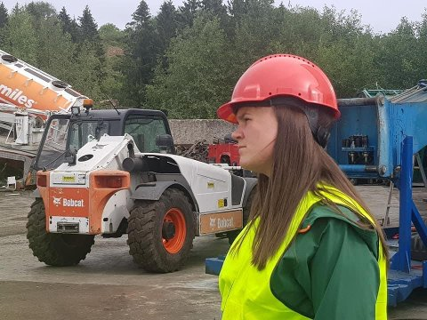 LYTTET GODT: Marit Knutsdatter Strand og stortingskollega Bengt Fasteraune lyttet godt til industrien i Vestopplands behov under valgkampbesøkene i sommer. Ved Metallco fanget de opp at det kunne bli kroken på døra med de nye CO2-avgiftene.