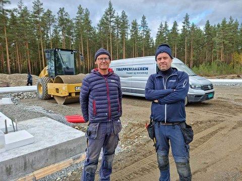 SATSER STORT: Brødrene Thure og Cato Johnsen står sammen med tredjemann Arild bak Trappemakeren, som bygger en 1500 kvadratmeters fabrikk i Sør-Aurdal. FOTO; RUNE STENSLETTE