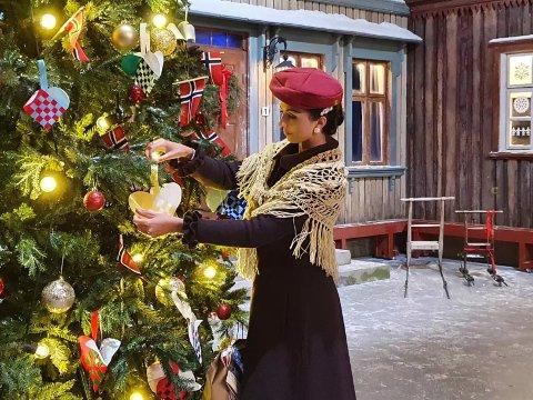 PRØYSEN-JUL: Den trivelige Alf Prøysen-forestillingen «Den vesle bygda som glømte at det var jul» spilles også i år på Prøysenhuset, og der har Anniken Ottersen Lindbak oppgaver både på og bak scena.