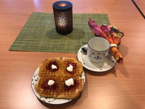 Kaffe og nystekte vafler smaker godt på en mandag formiddag