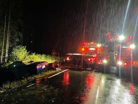BERGING: Det måtte to bergingsbiler til for å få dratt bilen opp fra juvet ned mot Bråstadelva.