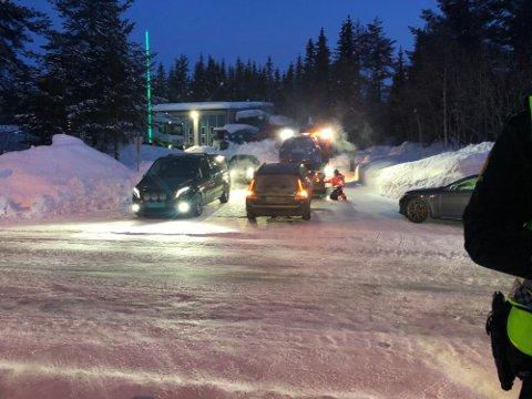 BYBRUA: Bilbergere er på stedet for å ta med seg de involverte bilene.