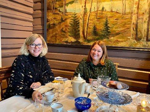 KOSER SEG: Linn T. Knutsen og An-Margritt Fjellseth koser seg på afternoon tea.