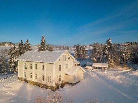 GJØVIK: Huset ligger i Gjøvik, men til sentrum bruker du 35 minutter med bil fra den gamle skolen øverst i Snertingdalen.