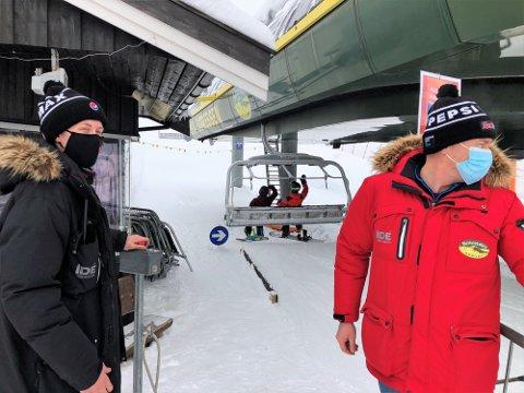 KORONAVAKTER: Magnus Trøen er koronavakt ved inngangen til skiheisene på Beitostølen. Her sammen med Atle Hovi i Beitostølen Resort.