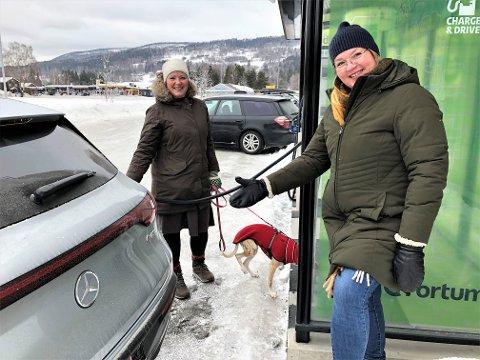 FULLT MULIG: Linn T. Sunne og Anna Ekrem mener elbiler i kommunal tjeneste må være fullt mulig. Det kommer mange nye modeller i løpet av kort tid, sier de. FOTO: INGVAR SKATTEBU