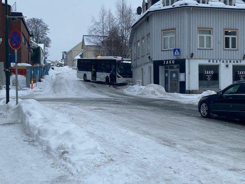 SPEILGLATT: Bussen som Abbas Jaffery hadde tatt til Gjøvik sentrum endte med å krasje inn i husveggen i bygården der han bor.