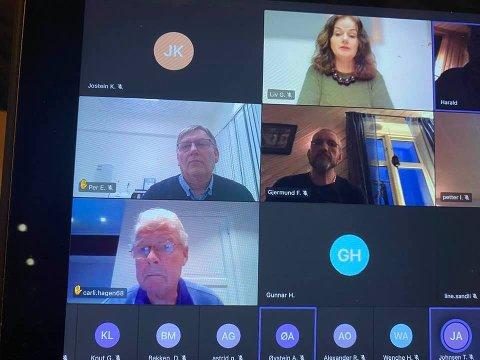 LYTTET: Årsmøtet i Frp lyttet da førstekandidat Carl I . Hagen tok til orde for folkeavstemning om sykehussaken i Innlandet.