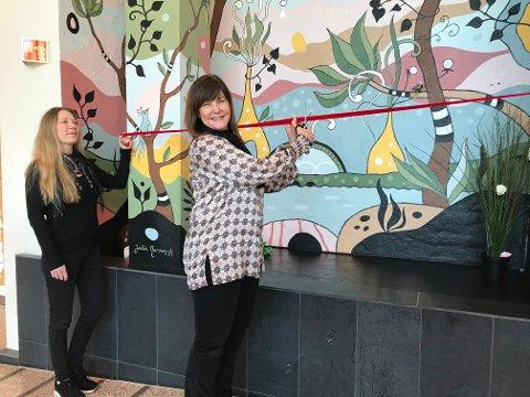 SNØRKLIPP: Kultursjef i Gjøvik, Anna Throud Hammer, hadde et godt håndlag med saksa da hun med snorklipp markert at Julie Narums bilde «Flora Fabula» er klar for å brukes som selfievegg eller rett og slett bare nytes.