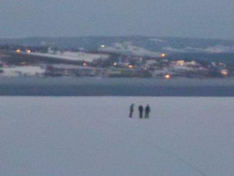 REDD: Lena Kolner fra Kapp fikk frysninger da hun så de tre ute på isen onsdag kveld. Til OA sier den ene av de tre at de sjekket isen alle steder de gikk.