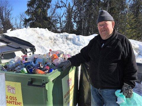 BLIR PENSJONIST: Den tidligere Coop-butikksjefen har brukt pensjonistårene på å samle inn panteflasker til Røde Kors. FOTO: INGVAR SKATTEBU