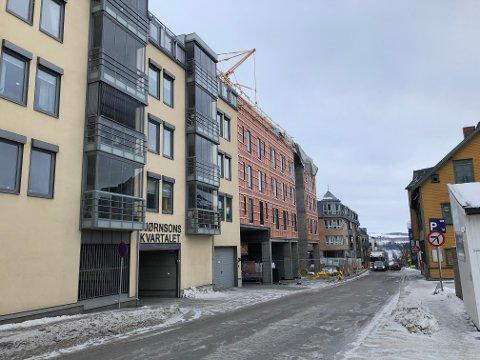 STRID OM PARKERINGSPLASSER: Sameiet i Bjørnsonsgate 1 (nærmest) har mistet råderetten over parkeringsplasser, fordi de er videresolgt til andre aktører. Gjøvik kommune har sendt saken til departementet.