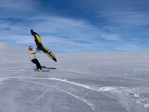 ENKELT: Kitewingen er liten og enkel å bruke. Men det kreves trening for å få full utnyttelse av morosaken. FOTO: TILSENDT