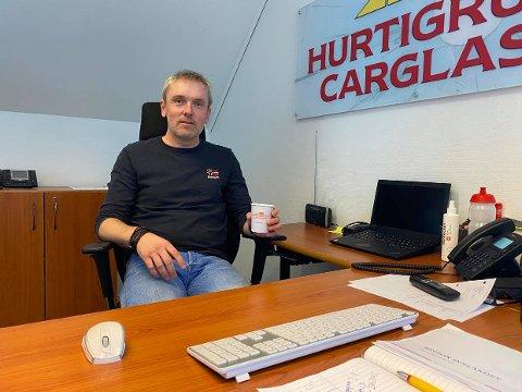 ØKNING I STEINSPRUTSKADER: Morten Haugenes i Hurtigruta Carglass sier at de har hatt et rekordår med steinsprutskader i 2020.