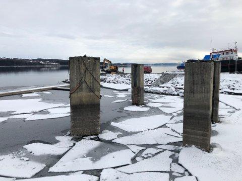 SKAL FJERNES: Gjøvik kommune starter i vår arbeidet med å fjerne betongsøylene i småbåthavna.