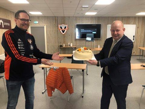 FEIRET: Ordfører Torvild Sveen og Richard Søfteland Jensen hadde all grunn til å unne seg et kakestykke etter at NM-tildelingen var klar.