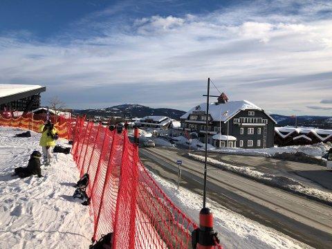 GANGBRU: Parkerings- og logistikkhuset er planlagt til høYre i bildet, med gangbru over fylkesveien og opp til alpintområdet.  FOTO: INGVAR SKATTEBU
