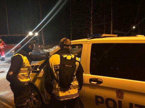 I AKSJON: Politiet har blant annet støtte fra Røde Kors i en leteaksjon som pågår natt til tirsdag.