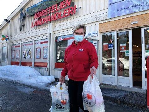 OVER DØRSToKKEN: De som ikke vil inn i butikken kan få bestillingslista levert ute. Lise Dalbakk og de andre ansatte kvier seg ikke for å ta et tak.  FOTO: INGVAR SKATTEBU