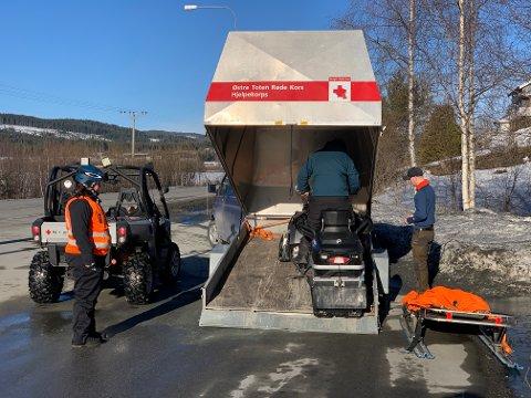 SNØSCOOTERE: Både natt til tirsdag og tirsdag formiddag tar Røde Kors i bruk snøscootere for å lete etter den savnede 39-åringen.