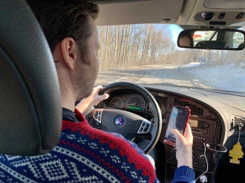 STORE MØRKETALL: Mange bruker mobilen mens de kjører. Selv om boten nå har økt til 5000 kroner og tre prikker i førerkortet, øker tallene på hvor mange i Innlandet som tas med mobil bak rattet.