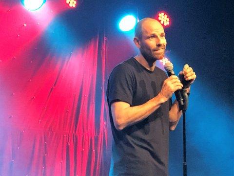 ÅPNET LATTERDØREN: Standupkomiker Jonas Kinge Bergland åpnet latterdøren til publikum på Samfundet i Gjøvik fredag.
