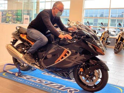 SPRIT OG MUNNBIND: Harald Øyhus, som startet GMS, måtte også prøvesitte det nye ikonet fra Suzuki.