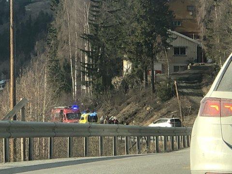 UTFORKJØRING: En bil har havnet på taket etter en utforkjøring på E16 ved Ulnes.