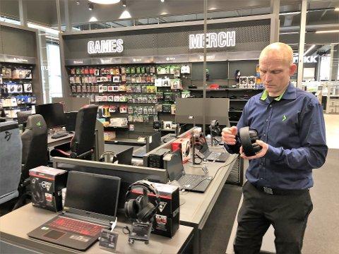 GAMINGAVDELING: Rundreisen i butikken starter ved gaming-avdelingen. – Dette er populært, sier Jens Ole Sørflaten.