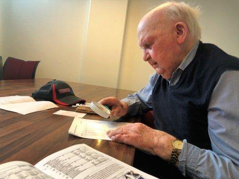 FINNER BANKEREN: Johannes Kjenseth mener grisemedisin på 1970-tallet er hemmeligheten bak god helse i sitt 97. år. Travsport er Kjenseths store lidenskap.
