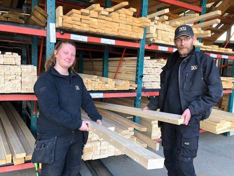 LAGER: XL Bygg i Hov, som eies av Toten Tre, har varer på lager, men Elisabeth Odden og Børge Knudsen har opplevd å ikke kunne levere det kunden har etterspurt.