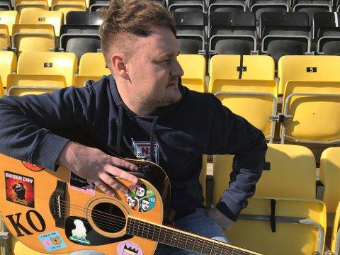 MINNER: Å stå tett i tett sammen med andre supportere på fotballkamp, har gitt Ketil Trogstad Owren næring til å skrive sang om Raufoss Fotball. Nå kan «Min drøm i gult og svart» bli klubbens nye allsangfavoritt!
