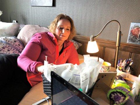 MEDISINER: Det skal en hel del medisiner til for å holde kroppen til Birgit Steinsrud (53) i gang. I oktober 2020 holdt det på å gå galt.