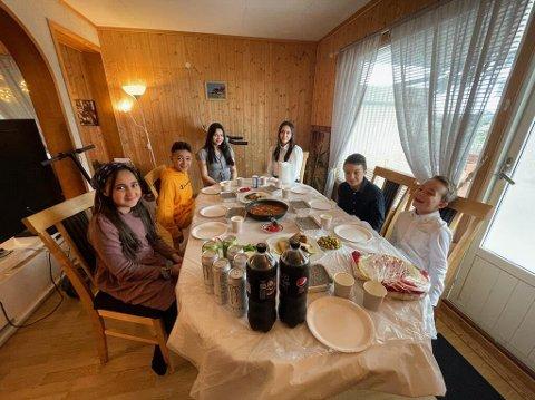 FEST: Barna sitter samlet rundt bordet og koser seg. Fra venstre: Mariam Alhilu, Yosef Alhilu, Razan Alhilu, Haya Alhilu, Jasin Derawi og Elias Derawi