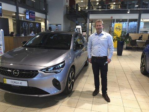 I SIGET: – Vi har de riktige modellene nå, sier Opel-ansvarlig Espen Larsen hos Bertel O Steen i Hunndalen, som har til hensikt å bringe den gamle storheten tilbake i god salgsposisjon i Vestoppland. Her ved den elektriske småbilen Corsa-e.FOTO: ØYVIN SØRAA