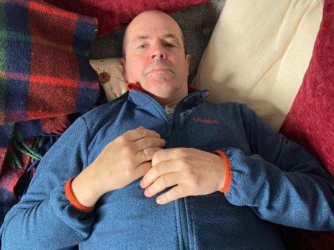 UTSLÅTT: Selv om viruset er ute av kroppen, sliter Svein Gunnar Myrvang fra Raufoss fortsatt med ettervirkningene av covid. I starten var det et ork å bare gå de få meterene til postkassa, men nå makter kroppen å gå kortere turer.