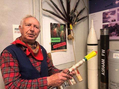 STOLT TRADISJON: Jan Erik Nesset har vært med å lage fyrverkeri på Raufoss og elsker lufta av krutt.