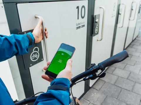 – Gjøvik kommune har ikke funnet en egnet plass til sykkelhotell ved skysstasjonen, og vurderer i stedet for å kjøpe ti låsbare sykkelbokser, noe alla disse, opplyser  klima- og miljørådgiver Henriette Sandstå (innfeldt bilde).