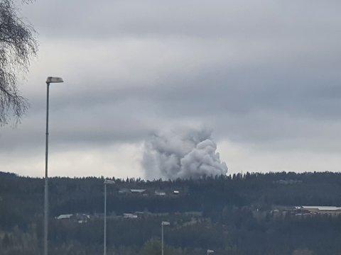 RØYKSKY: Røykutviklingen ved Reinsvoll skyldes brenning av eksplosivavfall.