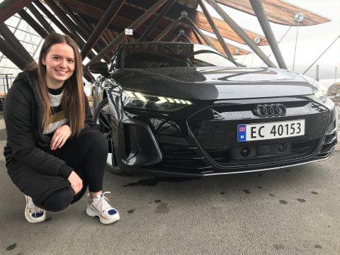 GODT FORNØYD: Etter en time i selskap med en daytonagrå Audi RS e-tron GT, er ikke Mari Hoel i tvil: – Dette er drømmebilen!