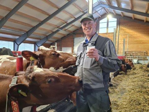 STOLT: John Olav Skaug har fått sølvtina fra Tine som utmerkelse for å ha produsert elitemelk i 15 år.