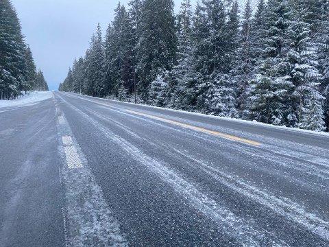 HVITT: Slik så det ut på fylkesvei 33 over Vardalsåsen onsdag morgen. Snø kan gi glatte veier.