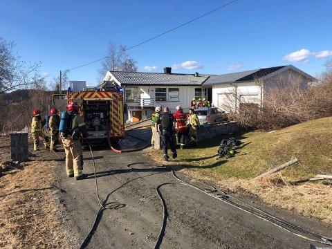 TIL LEGEVAKT: En kvinne ble kjørt til legevakt for sjekk etter en brann i Blivgodtvegen i Gjøvik fredag ettermiddag.