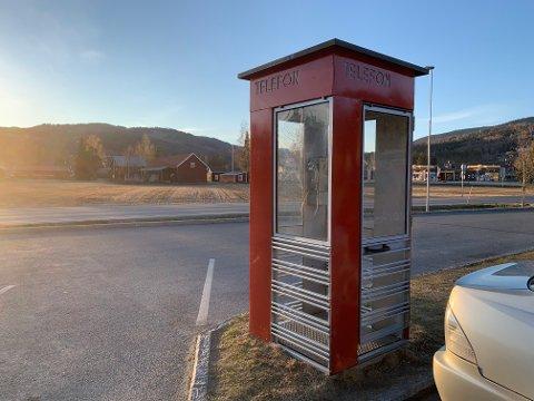 UTSATT: Telefonkiosken har en utsatt plassering og meningen er å få opp granittblokker rundt til beskyttelse.